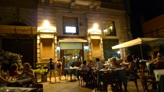Pizzeria Bellini: view from the outside sitting area