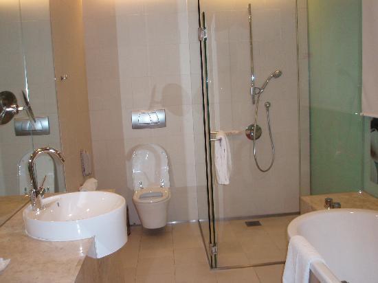 คราวน์ พลาซ่า โฮเต็ล ชางกี แอร์พอร์ท: Bathroom