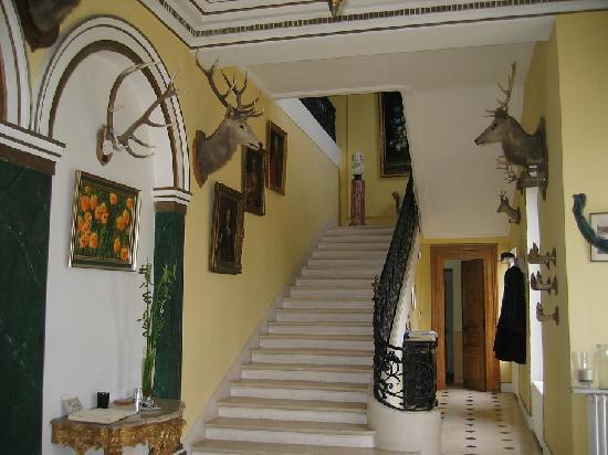 Hall d\'entrée avec escalier qui mène aux 4 chambres d\'hôtes du ...