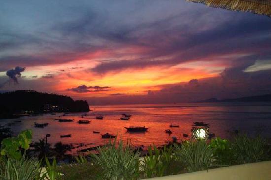 Oriental Sabang Hill Resort : Sunset over Sabang Beach