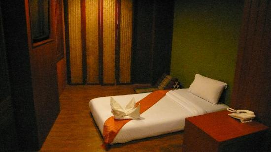 แดง เดิร์ม โฮเต็ล: 落ち着いた雰囲気の部屋です。