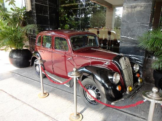 Godwin Hotel Haridwar: Antique car at the entrance of the hotel - 2