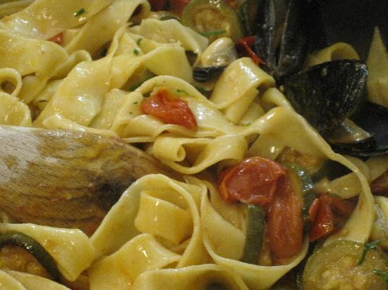 Villa Adriana Guesthouse Sorrento: Sauce with zucc, tomatoes and mussels for our pasta dish..YUMMY