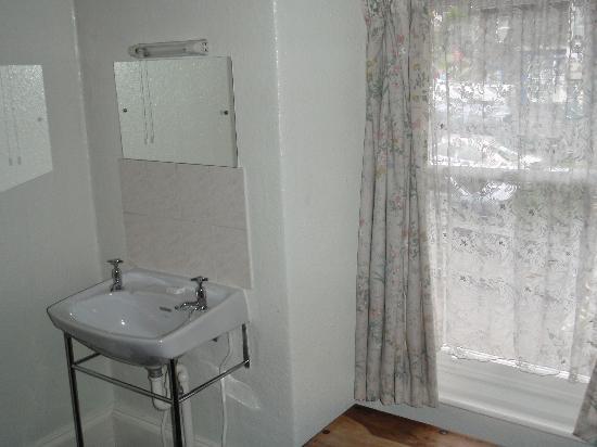 The Lamplighter: The ensuite's vanity sink & mirror
