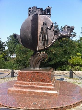 Odessa Walks: Ask the guide about this monument-history repeats twice...
