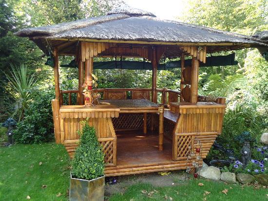 Enchanted Manor : tiki hut