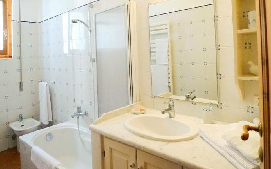 Casa il Pino: Bagno con vasca e doccia