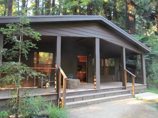Glen Oaks Big Sur: The front of the riverside cottage