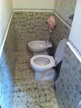 1^bagno con solo doccia e piccolo lavandino - Foto di Bed ...