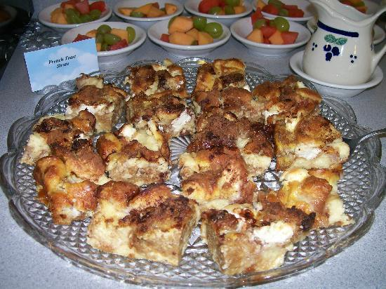 Allen Harbor Breeze Inn & Gardens: Marie's home-baked French Toast Strada