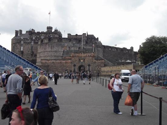 Lochend Serviced Apartments: castle