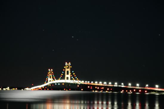 ‪‪Saint Ignace‬, ميتشجان: Mackinaw Bridge at night‬
