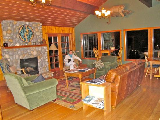 Dent Island Lodge: Cozy main siiting room