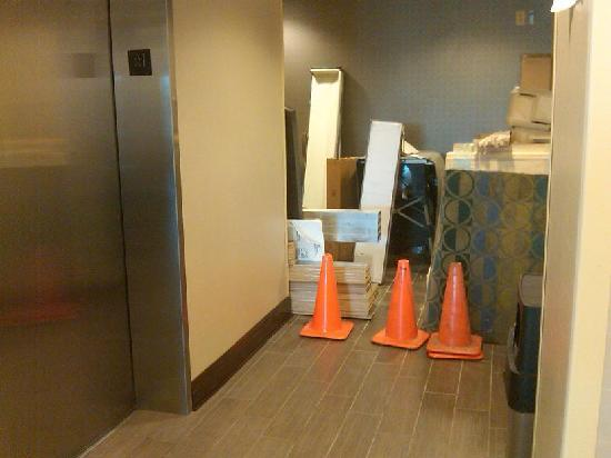 Holiday Inn Express Oxford: construction materials near elevator