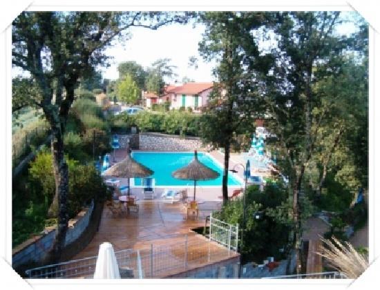 La Rocca Residence di Ragni Mauro: Blick von der Bar an den Pool