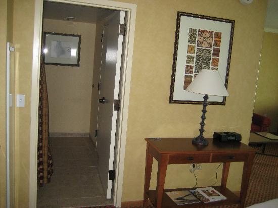 Renaissance Boulder Flatiron Hotel: Entry to bathroom