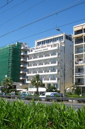 Coral Hotel Athens: Coral Hotel from the sea front
