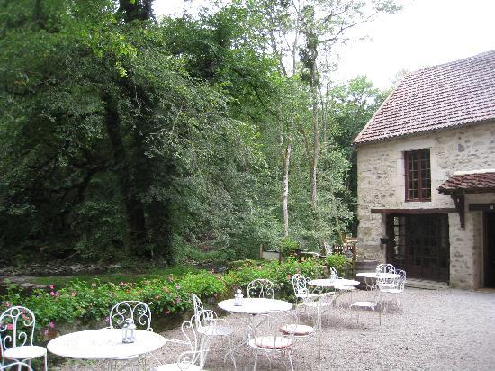 Le Moulin des Templiers: lovely terrace near the river