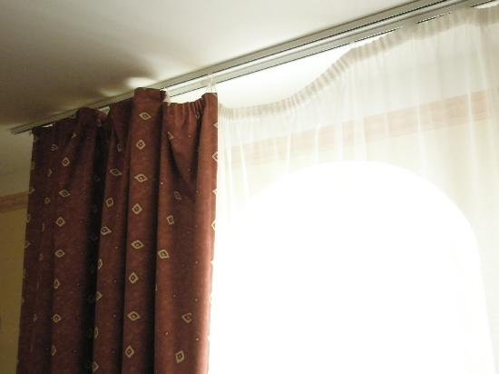 Rixwell Old Town Hotel : Poorly fitting curtains
