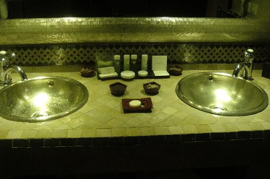 Riad Fes - Relais & Chateaux: Visir Suite Bathroom Basins