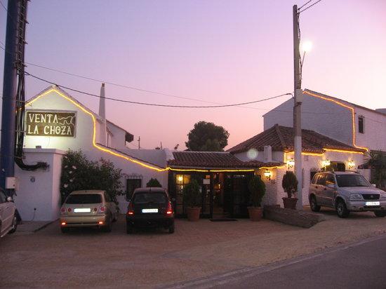 Restaurante La Choza: Fachada lateral de día se ve precioso