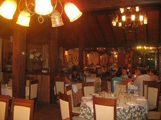 Restaurante La Choza : Amplio salones dentro de una gran choza lujosa
