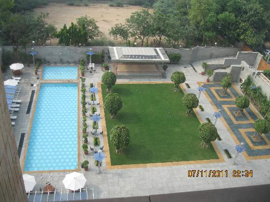 Jaypee Vasant Continental: View of the courtyard and pool