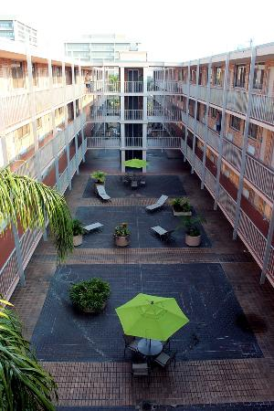 Ramada Tampa Airport Westshore: View of courtyard area
