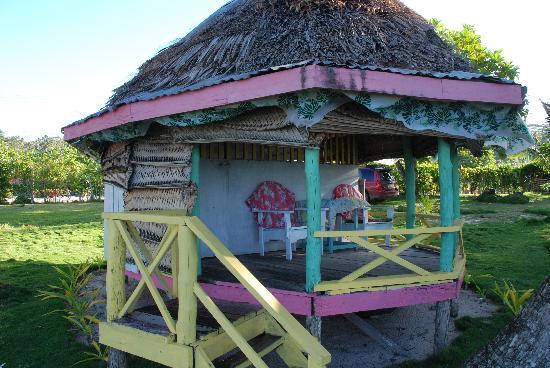 Janes Beach Fales: Fale Outside