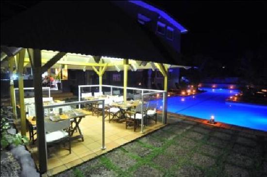 Coconut Palms Resort : Poolside dining
