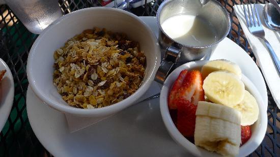 Good Life Cafe: Mueslix with fresh fruit