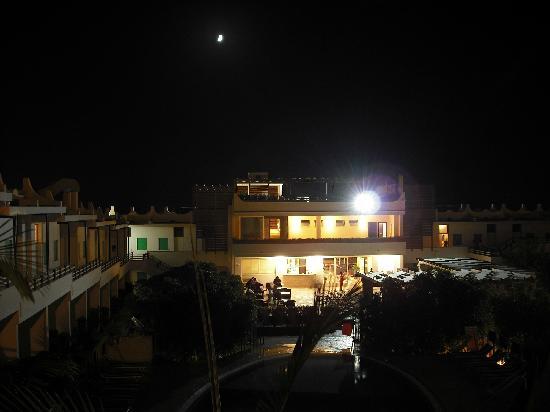 Torre Vado, Italia: vista Hotel (interno) in notturna