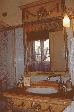 Villa Bianca Hotel : ornate fixtures