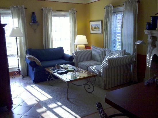 Hidden Garden Cottages & Suites: living room