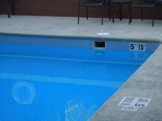 Holiday Inn Express Blowing Rock South: Pool missing cover