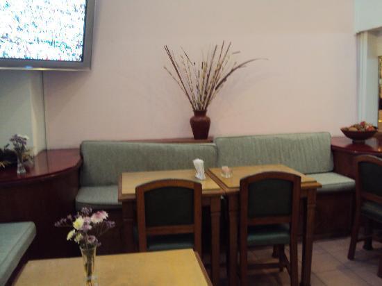 5.-Bs As Art Deco Hotel & Suites: un rincón de la cafetería