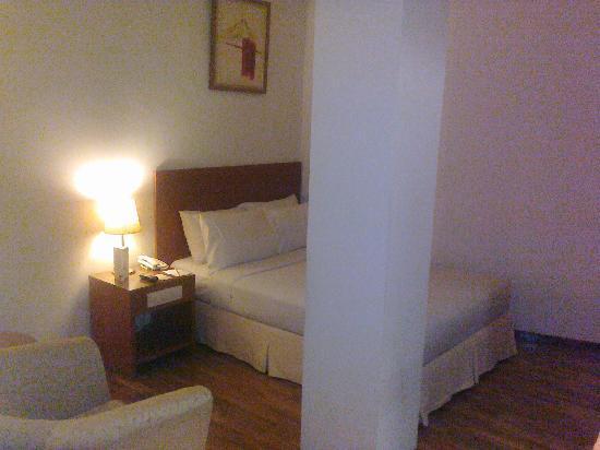 โรงแรมซานติกาพลเทียนัค: the odd pillar right at the center of my superior room