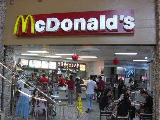 McDonald's Tumon JP Super Store: JPストア入ってすぐの入口