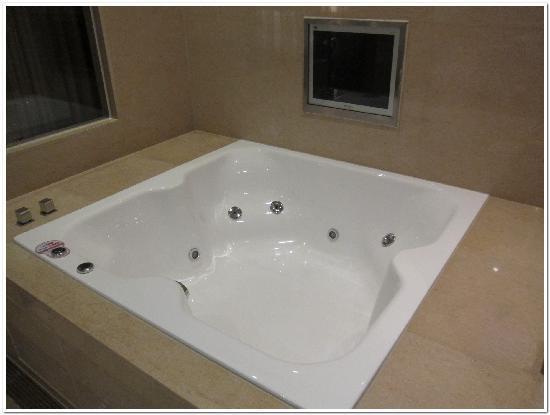 THE Tango Taipei XinYi: Big Jacuzzi Bathtub