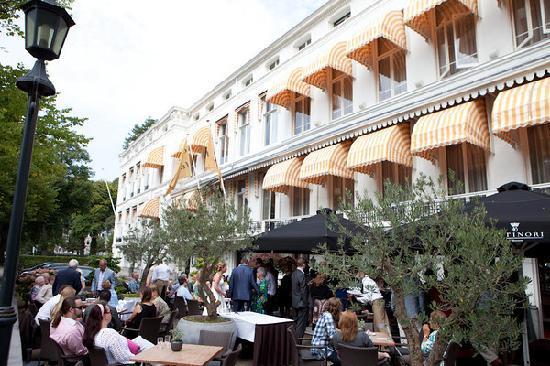 Carlton Ambassador Hotel: Het terras