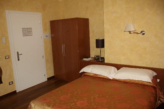 Oasi Hotel: camera da letto vista entrata