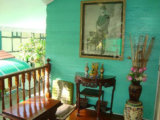 Sam Sen Sam Place: Communal sitting area/veranda.