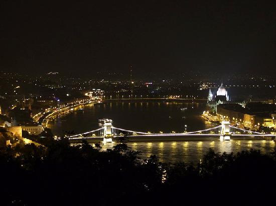 Budapest, Hongaria: By night - View over the city