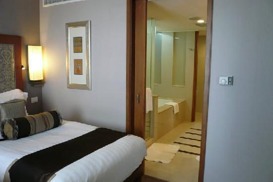 โรงแรมดุสิตธานี กรุงเทพ: door to the bathroom