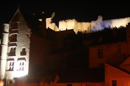 Hostellerie Gargantua: Hotel Gargantúa de noche con muralla al fondo