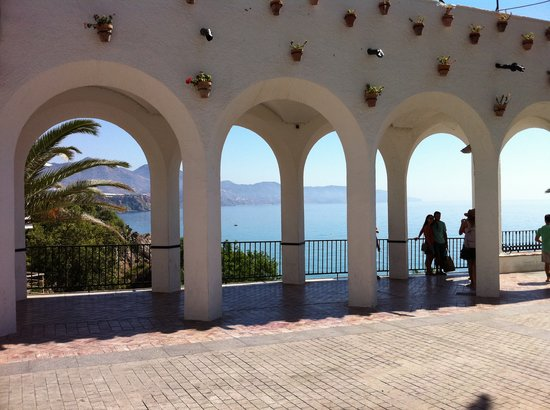 Nerja, Espanha: view through arches