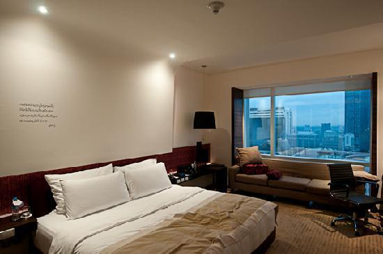 โรงแรมเลอ เมอริเดียน กรุงเทพ: Note the individual poem in Thai on the bed head