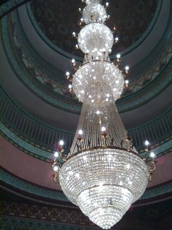 Mogador Express Gueliz: Very impressive crystal chadelier in the hall
