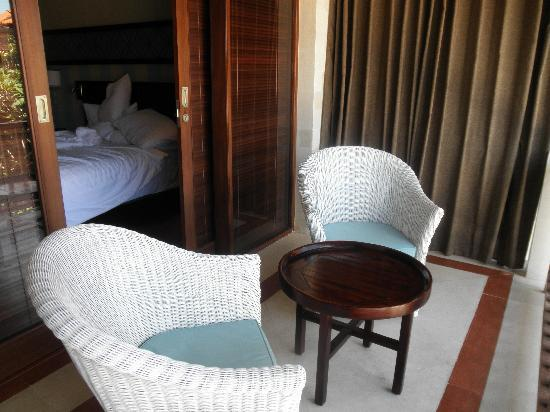 Cinta Inn: Small Balcony overlooking pool