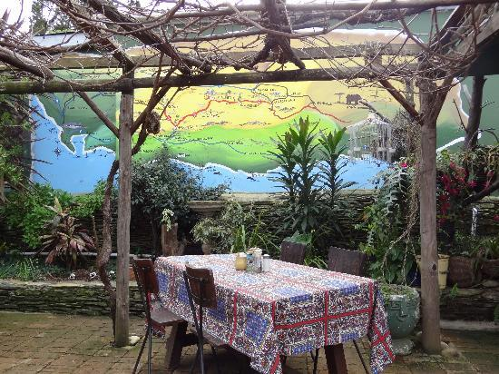 Tradouw Guesthouse: Outdoor restaurant with mural